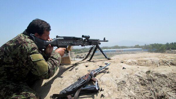 Афганский силовик во время боя с талибами, архивное фото - Sputnik Таджикистан