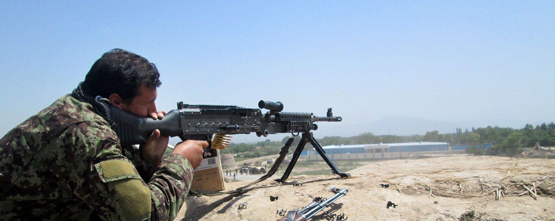 Афганский силовик во время боя с талибами, архивное фото - Sputnik Таджикистан, 1920, 24.06.2021