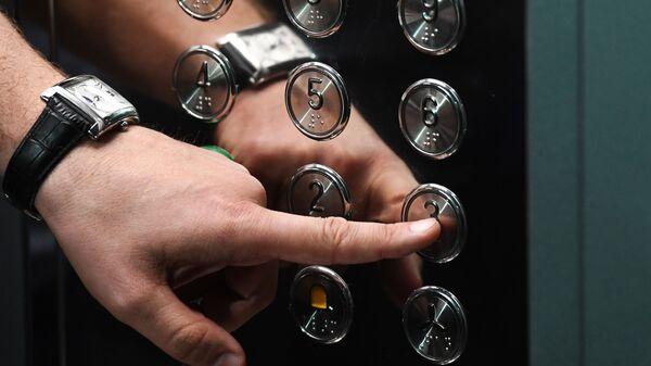 Человек в лифте  - Sputnik Таджикистан