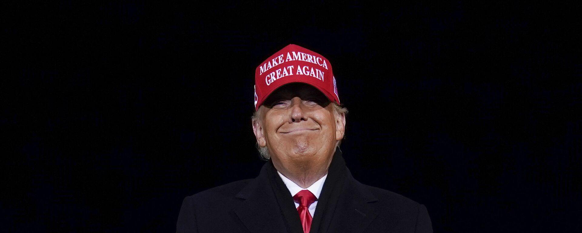 Президент Дональд Трамп улыбается - Sputnik Таджикистан, 1920, 15.02.2021