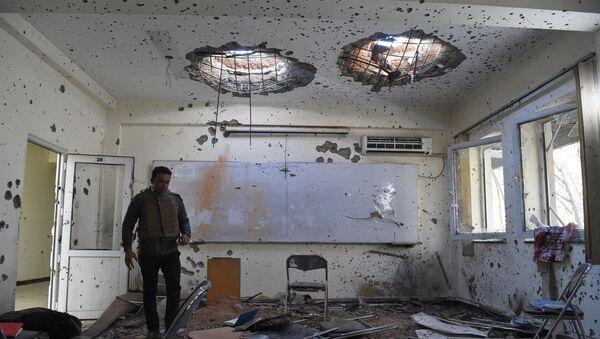 Поврежденный класс в Национальном центре юридической подготовки на следующий день после нападения на университет в Кабуле, Афганистан - Sputnik Таджикистан