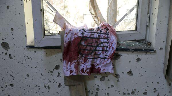 Окровавленный флаг талибов на окне университета в Кабуле, на который было совершено вооруженное нападение - Sputnik Тоҷикистон