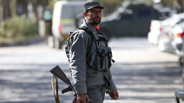 Полицейский на месте нападения на университет в Кабуле, Афганистан - Sputnik Тоҷикистон