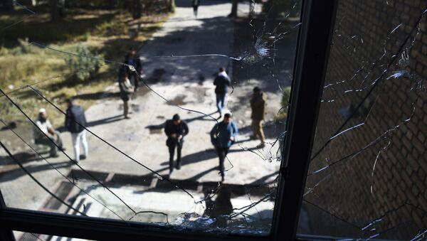 Разбитые окна в классе в Национальном центре юридической подготовки на следующий день после нападения на университет в Кабуле, Афганистан - Sputnik Таджикистан