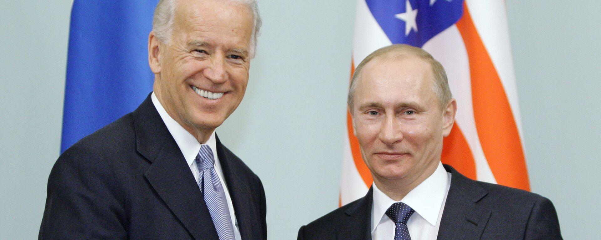 Премьер-министр России Владимир Путин (справа) пожимает руку вице-президенту США Джо Байдену  - Sputnik Таджикистан, 1920, 15.06.2021