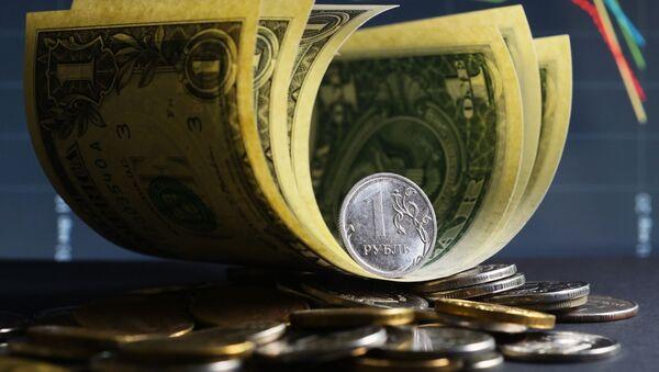 Денежные купюры США и монеты номиналом один и десять рублей. - Sputnik Таджикистан
