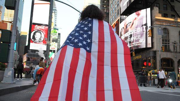 Люди на одной из улиц в Нью-Йорке после новостей о победе на выборах президента США кандидата от Демократической партии Джозефа Байдена - Sputnik Таджикистан