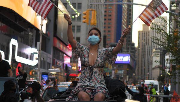 Девушка на одной из улиц в Нью-Йорке после новостей о победе на выборах президента США кандидата от Демократической партии Джозефа Байдена - Sputnik Таджикистан