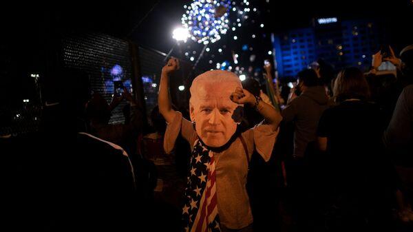 Сторонники Джо Байдена празднуют победу на выборах, Уилмингтон, штат Делавер - Sputnik Таджикистан