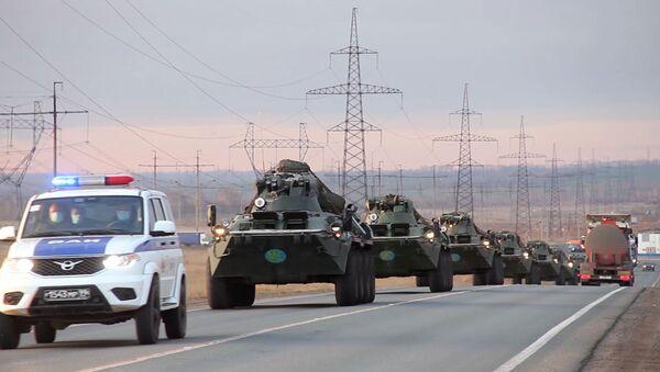 Колонна военной техники российских миротворцев выдвинулась для отправки в Карабах - Sputnik Тоҷикистон