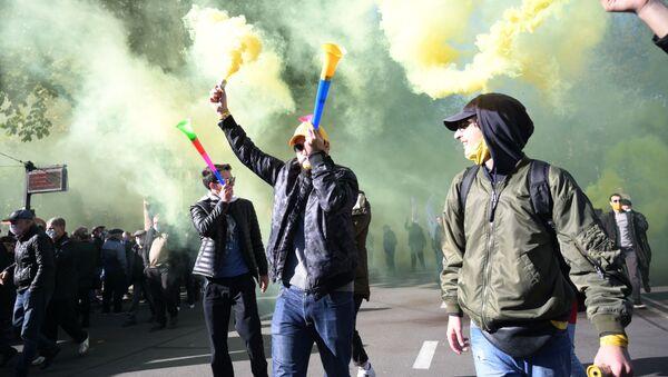Участники акции оппозиции в Тбилиси - Sputnik Тоҷикистон
