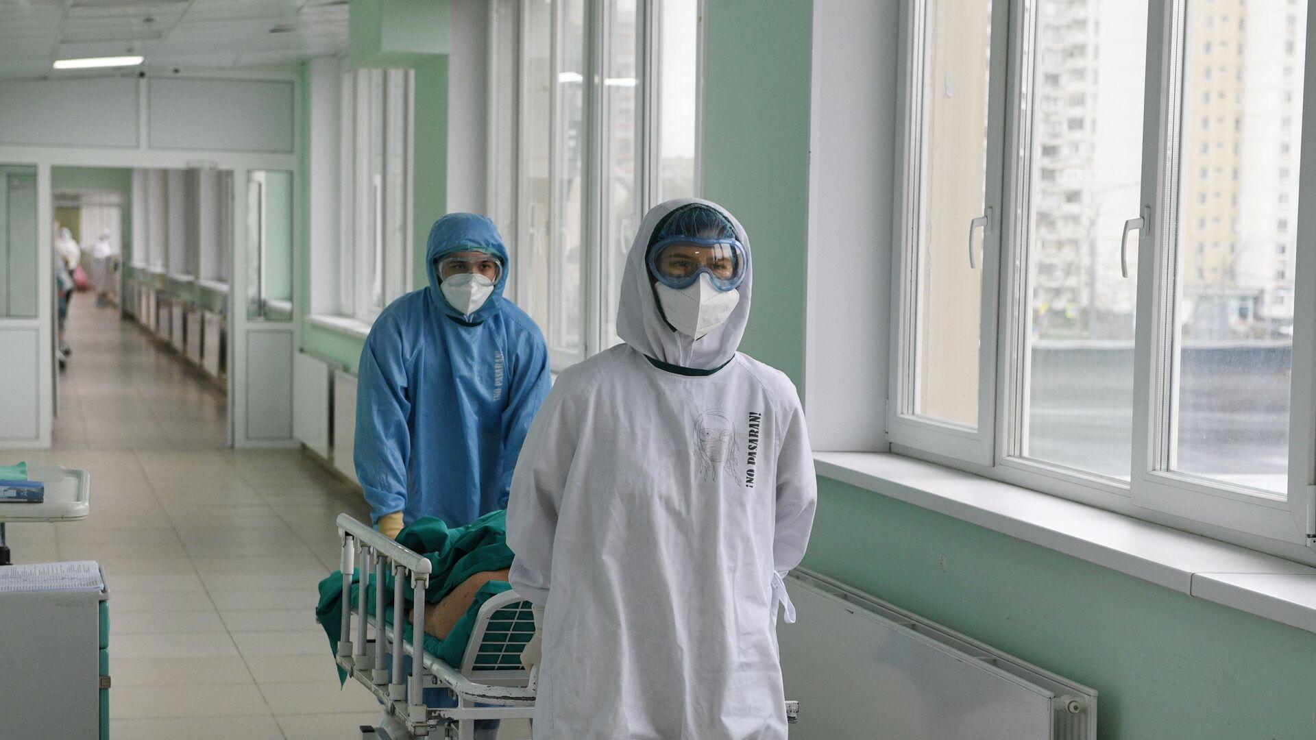 Медицинские работники везут пациента в ковид-госпитале - Sputnik Таджикистан, 1920, 14.06.2021