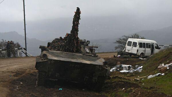 Брошенная военная техника на дороге в Нагорном Карабахе - Sputnik Таджикистан