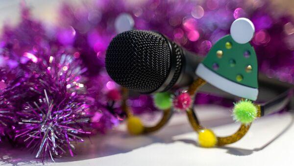 Микрофон в новогодних украшениях - Sputnik Таджикистан