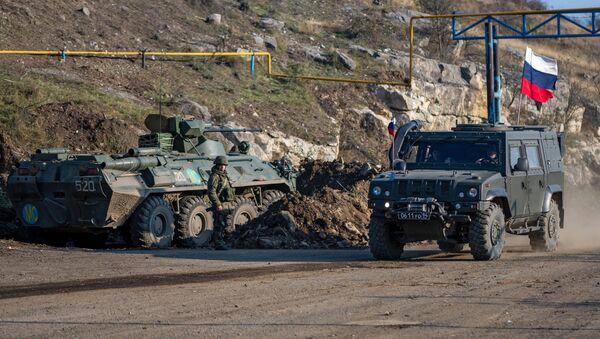 Военная техника российских миротворческих сил на блокпосту в Лачинском коридоре - Sputnik Таджикистан