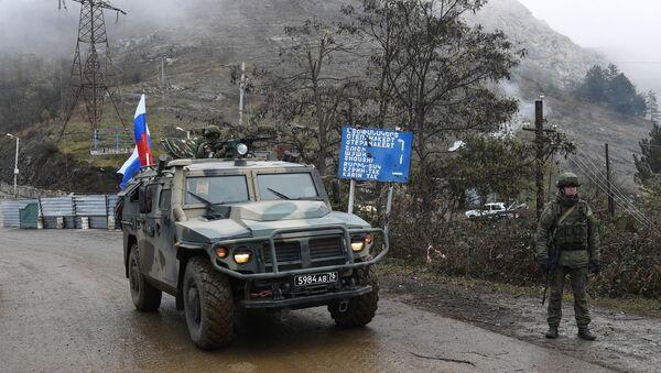 Военный автомобиль российских миротворческих сил на участке дороги Лачинского коридора - Sputnik Тоҷикистон