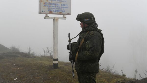 Российский миротворец на блокпосту в Лачинском коридоре - Sputnik Тоҷикистон