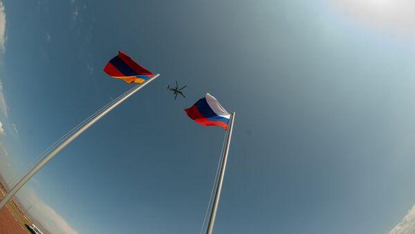 Армянские и российские военнослужащие разыгрывают боевые тактические действия в рамках стратегического командно-штабного учения «Кавказ-2020» на высокогорном полигоне «Алагяз» в Армении (24 сентября 2020). - Sputnik Таджикистан