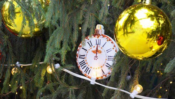 Украшение новогодней елки на Манежной площади - Sputnik Таджикистан