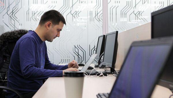Мужчина в кабинете бизнес-инкубатора в технопарке в сфере высоких технологий  - Sputnik Таджикистан