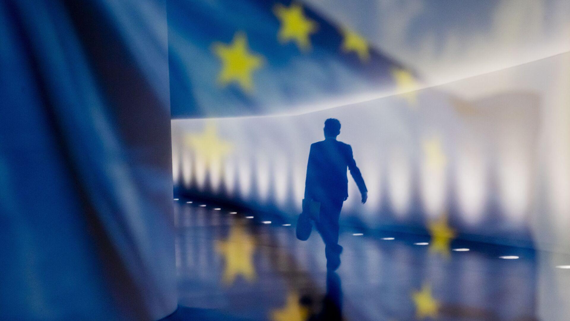 Отражение мужчины на фоне флага ЕС - Sputnik Тоҷикистон, 1920, 07.04.2021