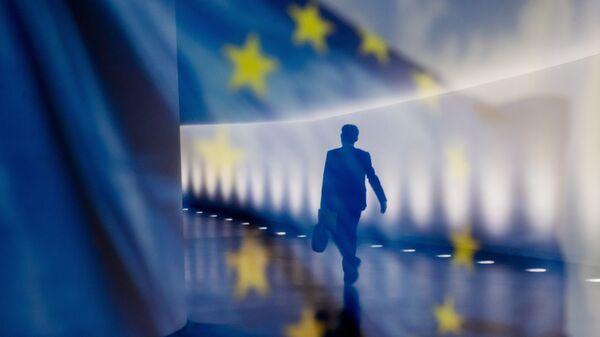 Отражение мужчины на фоне флага ЕС - Sputnik Тоҷикистон