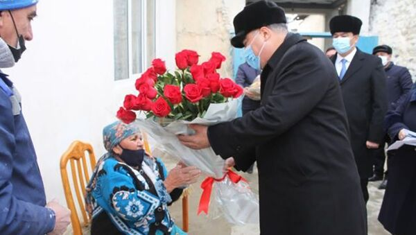 Председатель области Раджаббой Ахмадзода посетил ветеранов труда - Sputnik Таджикистан