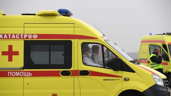 Медицинские работники в автомобиле реанимации  - Sputnik Таджикистан