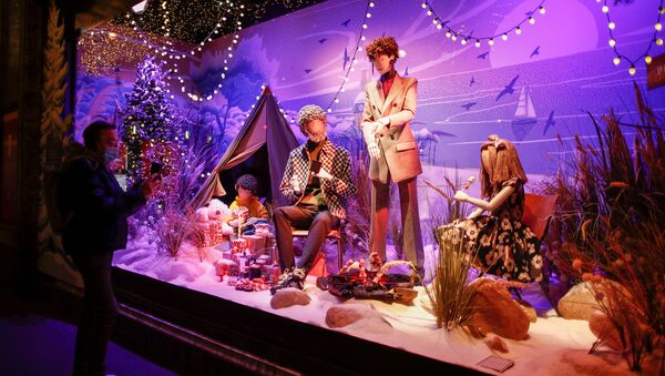 Рождественское оформление витрины в Париже  - Sputnik Таджикистан