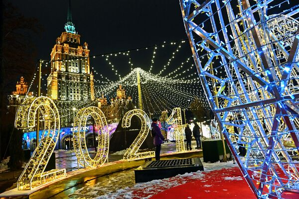Новогодняя иллюминация на набережной Тараса Шевченко в Москве - Sputnik Таджикистан