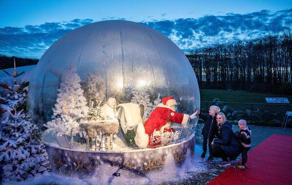 Санта-Клаус в шаре во время открытия рождественских сезонов в Дании  - Sputnik Таджикистан