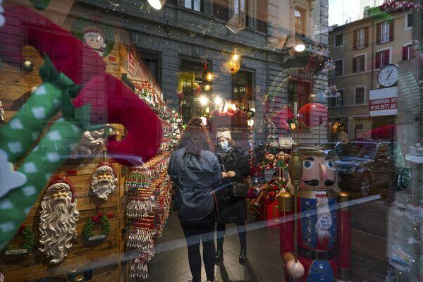 Рождественское оформление витрины в Риме  - Sputnik Таджикистан