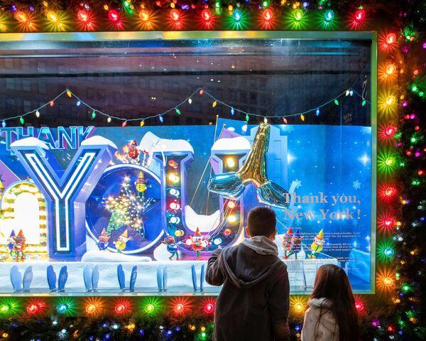 Рождественское оформление витрины в Нью-Йорке  - Sputnik Таджикистан