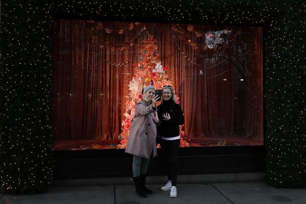 Рождественское оформление витрины в Лондоне  - Sputnik Таджикистан