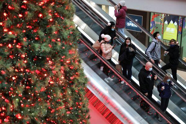 Рождественская ель в торговом центре в Канаде  - Sputnik Таджикистан