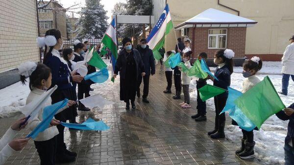 Фотография учеников школы №43 Андижана, которая распространилась по сети - Sputnik Тоҷикистон