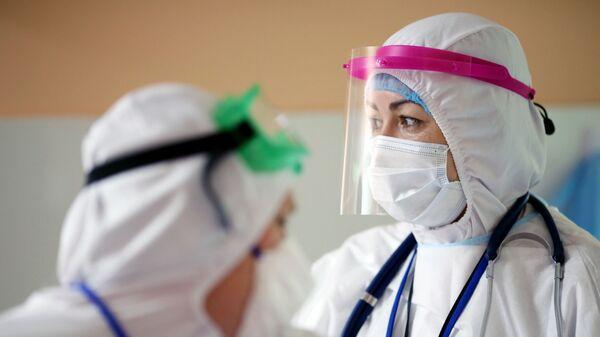 Медицинские работники в инфекционной больнице - Sputnik Таджикистан
