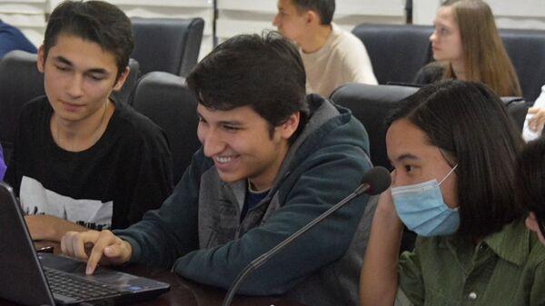 Таджикские школьники приняли участие в Международном историческом квесте За пределами - Sputnik Таджикистан