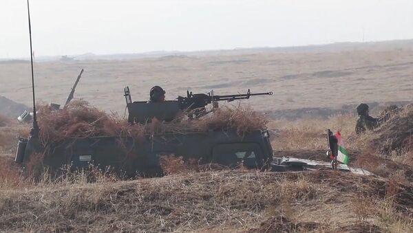 Антитеррористическая операция в горах: совместные учения российских и таджикских военных - YouTube - Sputnik Таджикистан
