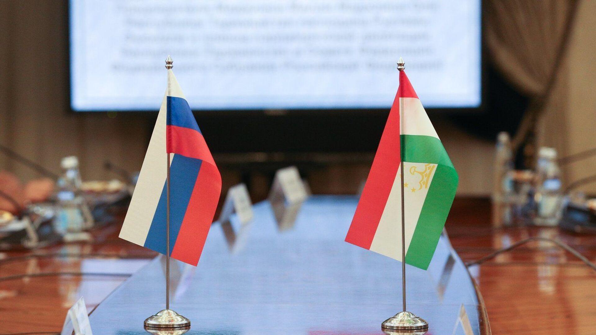 Флаги на переговорах верхних палат парламентов России и Таджикистана - Sputnik Тоҷикистон, 1920, 17.09.2021