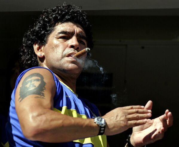 Легенда футбола Диего Марадона с кубинской сигарой и татуировкой Че Гевары, 2006 год - Sputnik Таджикистан