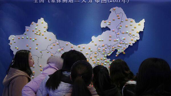 Жителя Китая смотрят на карту - Sputnik Таджикистан