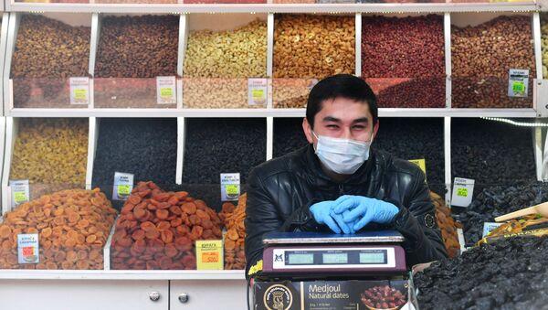 Продавец в медицинской маске рынке - Sputnik Таджикистан