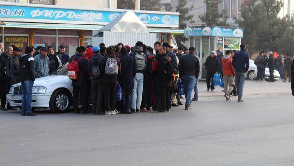 Граждане Таджикистана на рынке труда в городе Худжанде - Sputnik Таджикистан