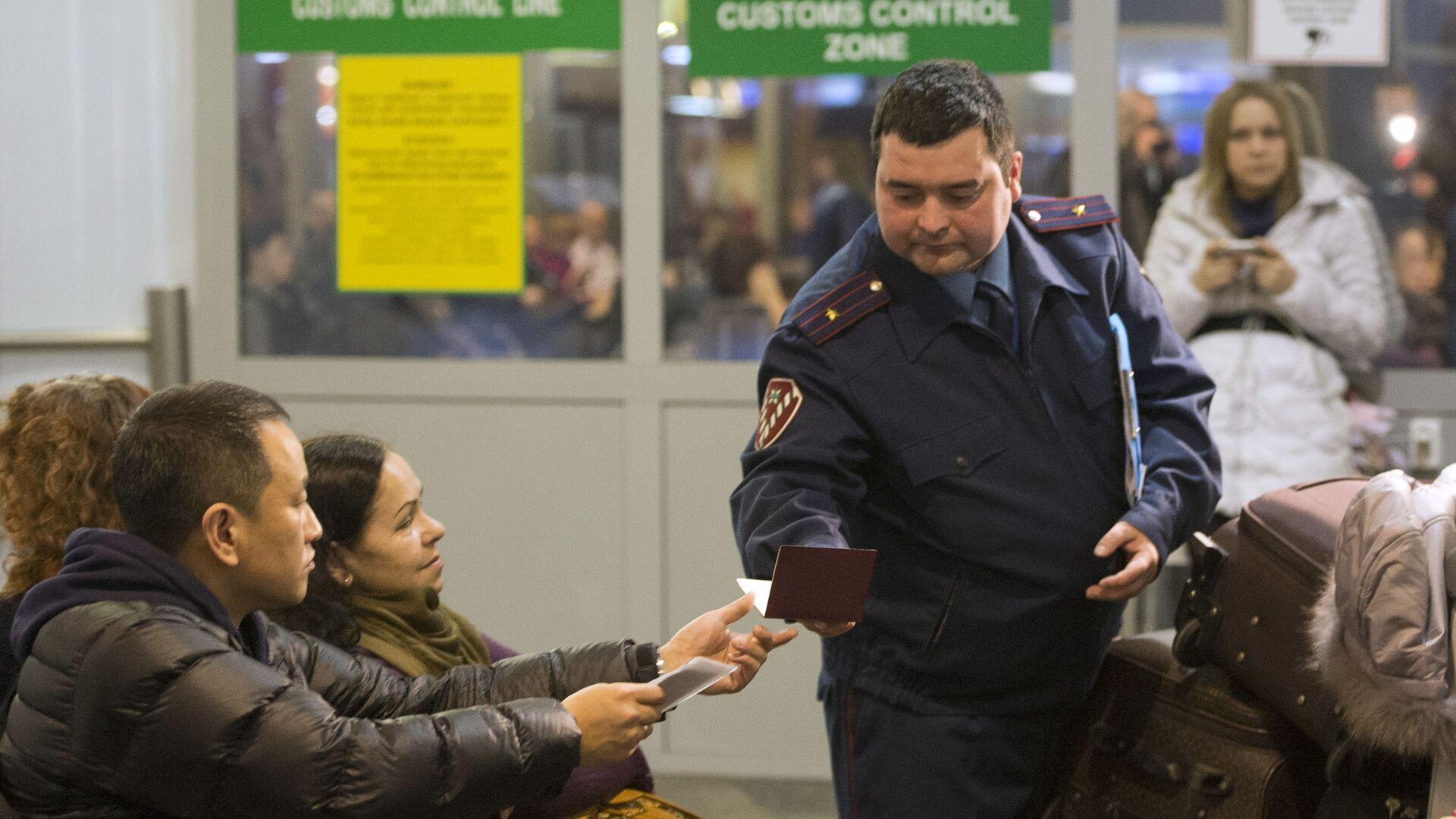 Проверка документов в аэропорту  - Sputnik Таджикистан, 1920, 06.09.2021