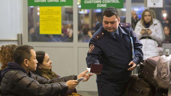Проверка документов в аэропорту  - Sputnik Тоҷикистон