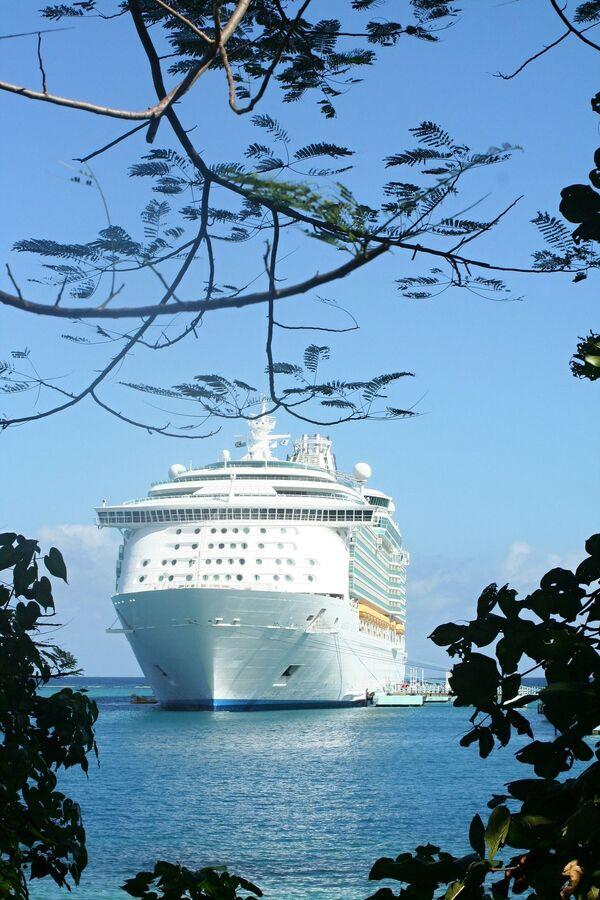 Круизный лайнер на Ямайке, которая стала обладателем звания World's Leading Cruise Destination 2020 - Sputnik Таджикистан