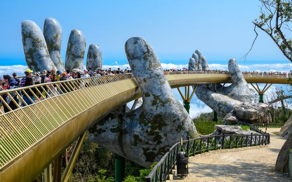 Золотой мост во Вьетнаме, ставший обладателем звания World's Leading Iconic Tourist Bridge 2020 - Sputnik Таджикистан