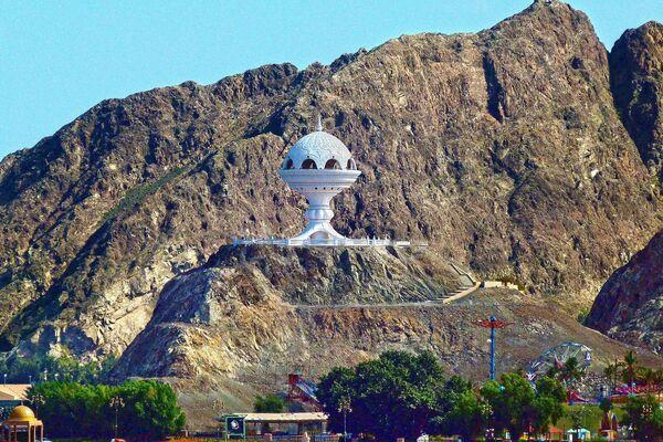 Огромная курильница в Маскате в Омане, ставший обладателем звания World's Leading Nature Destination 2020 - Sputnik Таджикистан