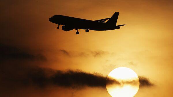 Самолет, на фоне заката - Sputnik Тоҷикистон